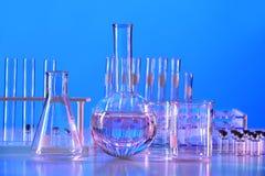 Attrezzatura di laboratorio sulla Tabella fotografie stock