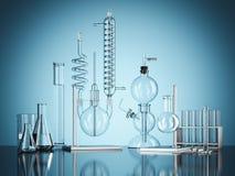 Attrezzatura di laboratorio di vetro di chimica su fondo blu rappresentazione 3d illustrazione di stock