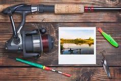 Attrezzatura di pesca e una foto di riuscita pesca fotografia stock libera da diritti