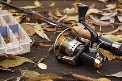 Attrezzatura di pesca su superficie di legno. Fotografia Stock