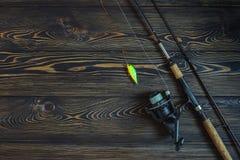 Attrezzatura di pesca su una tavola di legno Immagini Stock