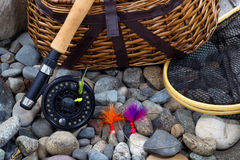 Attrezzatura di pesca sulle pietre del letto di fiume Fotografia Stock Libera da Diritti