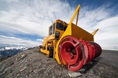 Attrezzatura di rimozione di neve nelle montagne Fotografia Stock