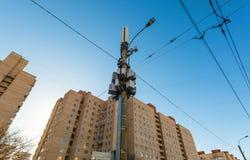 Attrezzatura di telecomunicazione, antenne radiofoniche del pannello, unità radio a distanza all'aperto, cavi elettrici, cavi coa fotografia stock libera da diritti