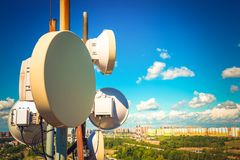 Attrezzatura di telecomunicazione con le antenne della TV, il riflettore parabolico e le antenne a microonde degli operatori mobi immagini stock libere da diritti