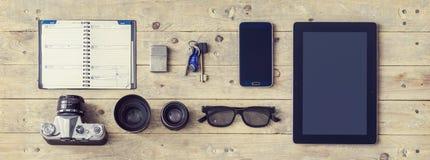 Attrezzatura di un viaggiatore alla moda o di un giornalista indipendente Set degli oggetti e delle attrezzature differenti Immagini Stock Libere da Diritti