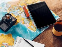 Attrezzatura di viaggio che fa un'escursione gli accessori, mappa, macchina da presa e Digita fotografia stock