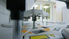 Attrezzatura e apparato per biochimica in un laboratorio moderno video d archivio