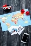 Attrezzatura e cellulare turistici con la mappa per il viaggio con il modello di legno scuro di vista superiore del fondo dei bam Fotografia Stock Libera da Diritti