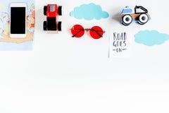 Attrezzatura e cellulare turistici per il viaggio con il modello bianco di vista superiore del fondo dei bambini Immagini Stock