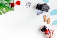Attrezzatura e macchina fotografica turistiche per il viaggio con il modello bianco di vista superiore del fondo dei bambini Fotografie Stock Libere da Diritti