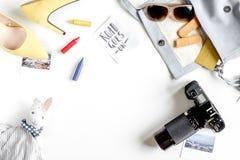 Attrezzatura e macchina fotografica turistiche per il viaggio con il modello bianco di vista superiore del fondo dei bambini Fotografia Stock