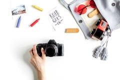 Attrezzatura e macchina fotografica turistiche per il viaggio con la vista superiore del fondo bianco dei bambini Fotografia Stock Libera da Diritti