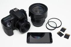 Attrezzatura e Smart Phone moderni di fotografia sopra la tavola bianca Fotografia Stock