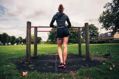 Attrezzatura facente una pausa di forma fisica della giovane donna nel parco Immagine Stock Libera da Diritti