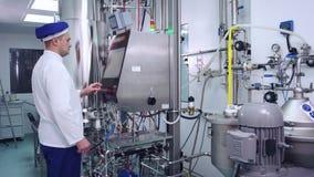 Attrezzatura farmaceutica di controllo del farmacista alla fabbrica moderna video d archivio