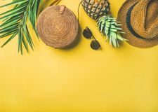 Attrezzatura femminile di modo di estate variopinta sopra fondo giallo Fotografie Stock Libere da Diritti