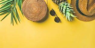 Attrezzatura femminile di modo di estate variopinta sopra fondo giallo, ampia composizione Immagine Stock