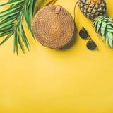 Attrezzatura femminile di modo di estate variopinta sopra fondo giallo, il raccolto quadrato Immagine Stock