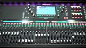 Attrezzatura funzionante vaga di musica per controllo del tecnico del suono video d archivio