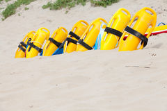 Attrezzatura gialla luminosa della salvavita sulla sabbia della spiaggia fotografia stock libera da diritti