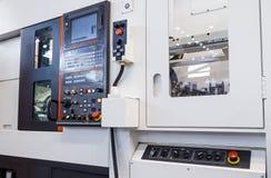 Attrezzatura industriale del centro della fresatrice di CNC nell'officina di fabbricazione dello strumento fotografie stock libere da diritti