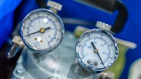 Attrezzatura industriale del manometro in laboratorio fotografie stock libere da diritti