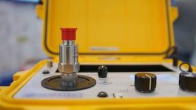 Attrezzatura industriale sulla mostra di tecnologia - il portatile protetto contro le esplosioni di calibratura dell'agitatore video d archivio