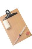 Attrezzatura medica con un bordo di legno vuoto per i messaggi Fotografia Stock Libera da Diritti