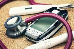 Attrezzatura medica Controlli su ed attrezzatura d'esame fotografia stock