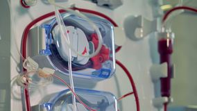 Attrezzatura medica moderna per la procedura di emodialisi Concetto moderno dell'attrezzatura medica video d archivio
