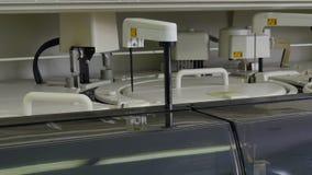 Attrezzatura medica per l'analisi del sangue e l'analisi del DNA in laboratorio biologico video d archivio