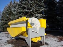 Attrezzatura mineraria industriale Metal il carrello Contro il contesto di bei abeti e cielo blu verdi fotografia stock