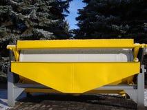 Attrezzatura mineraria industriale Metal il carrello Contro il contesto di bei abeti e cielo blu verdi immagine stock libera da diritti