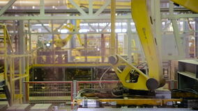 Attrezzatura moderna della fabbrica Robot che funzionano alla fabbrica industriale archivi video