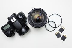 Attrezzatura moderna di fotografia sopra la tavola bianca Immagini Stock