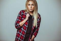 Attrezzatura moderna sulla giovane donna adulta Fotografia Stock
