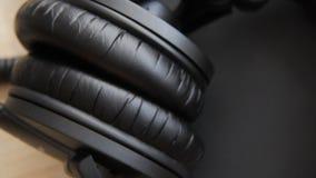 Attrezzatura musicale, microfono professionale del nero dello studio del condensatore, cuffie Chiuda su da sopra stock footage