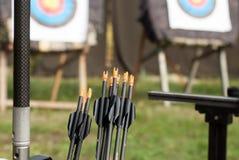 Attrezzatura nel tiro con l'arco di sport contro lo sfondo degli obiettivi Fotografia Stock Libera da Diritti