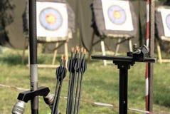Attrezzatura nel tiro con l'arco di sport contro lo sfondo degli obiettivi Fotografie Stock