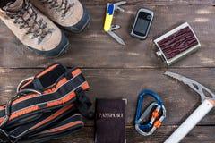 Attrezzatura per alpinismo e fare un'escursione sul fondo di legno Fotografia Stock Libera da Diritti