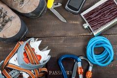 Attrezzatura per alpinismo e fare un'escursione sul fondo di legno Immagini Stock