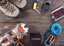 Attrezzatura per alpinismo e fare un'escursione sul fondo di legno Fotografie Stock Libere da Diritti