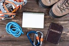 Attrezzatura per alpinismo e fare un'escursione sul fondo di legno Immagini Stock Libere da Diritti