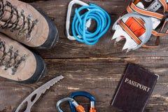 Attrezzatura per alpinismo e fare un'escursione sul fondo di legno Fotografia Stock