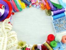 Attrezzatura per gli accessori di cucito per il fondo fatto a mano del confine del corredo di cucito con lo spazio della copia Fotografia Stock