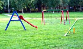 Attrezzatura per il campo da giuoco del bambino nel parco della città immagini stock