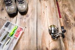 Attrezzatura per la pesca Scatola ed esca di pesca Vista superiore immagini stock
