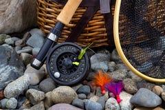 Attrezzatura per la pesca sulle rocce del letto di fiume Fotografie Stock