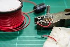 Attrezzatura per la resistenza, il transistor e la capacità di saldatura Fotografie Stock